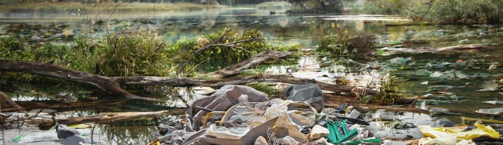 Verschmutzer See voller Plastikmüll